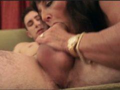 Comendo vó puta que foi pega no flagra se masturbando com consolo dentro do cu, essa tarada por sexo é uma puta velha, e neto saiu no sexo comendo vó vadia que adora dar o cu.