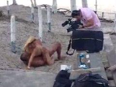 Assista cena do filme porno que foi gravado a luz do dia no Rio de Janeiro na beira da praia. Gravação da cena do filme porno adulto que foi produzido na praia do Recreio em RJ caiu na net.