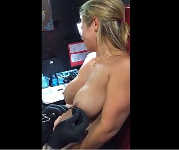 Vídeo amador de loira colocando piercing nos peitos grandes, essa gostosa peituda deixou amiga fazer vídeo pornográfico dela colocando piercing nos seios e sentindo dor com cara furando seu peito.