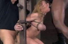 Puta sofrendo em sexo sadomasoquismo, a vadia ficou toda amarrada dando cu e fazendo garganta profunda levando gozada no olho. Assista puta sofrendo em sexo bruto, mas ela adora sofrer dessa forma enquanto faz sexo com os machos.