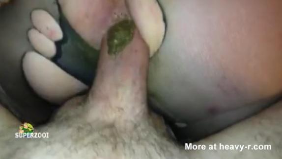 Arrancando merda do cu da safada no sexo anal grátis com puta amadora que adora foder e ver seu cu cagando e a bosta fedendo. Filme porno amador de vagabunda sujando de bosta o pau do marido que fodeu o rabo dela sem camisinha e ficou cagado.