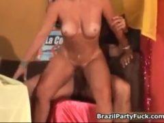 Porno da Gretchen em dvd para você assistir essa gostosa que começa o filme pornográfico sentando na piroca do macho sortudo, ela fode gostoso deixando a buceta satisfeita durante o sexo maravilhoso.