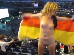 Torcedora da Alemanha nua mostrando seu corpo todo pelado durantes alimpiadas 2016 no Rio de Janeiro. Assista uma amadora torcedora da Alemanha nua dentro do estádio de futebol nos jogos olimpicos Rio 2016.