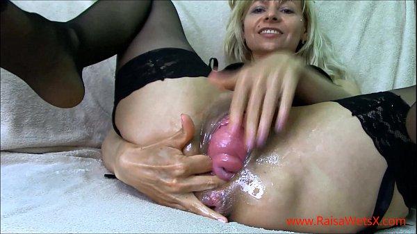 Buceta saindo pra fora em um vídeo porno de webcam, veja no porno bizarro essa loira toda arrombada. Vadia com buceta saindo pra fora, ela é toda fodida e estrupada.