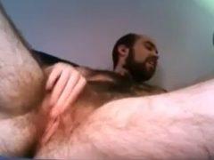 Homem com buceta no vídeo amador grátis que ele mesmo gravou em frente da webcam. Assista vídeo de homem com buceta batendo siririca na sua própria xota.