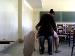 Professora dando buceta sentando na piroca do aluno dentro da sala de aula e deixando filmar. Assista vídeo porno de professora dando buceta sem vergonha, ela fode com seu aprendiz enquanto ele filma a tarada!