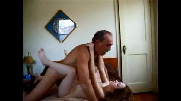 Amador comendo a filha em vídeo porno caseiro grátis que ele mesmo fez durante o sexo gostoso. Assista homem amador comendo ninfeta safada em porno incesto, o cara chupa o grelo da novinha loira e fode!