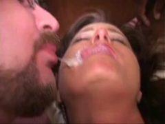 Beijando o Corno logo depois que o dotado gozou na boca dela durante suruba. Assista mulher vadia Beijando o Corno conformado com a Boca toda Gozada cheio de leitinho quentinho!